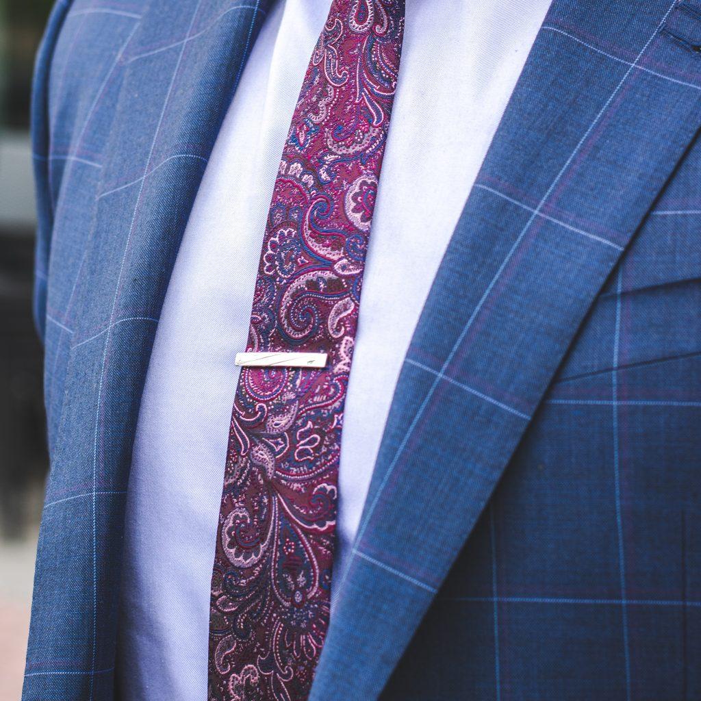 costume bleu en carreaux pour homme avec chemise blanche et cravate bordeaux