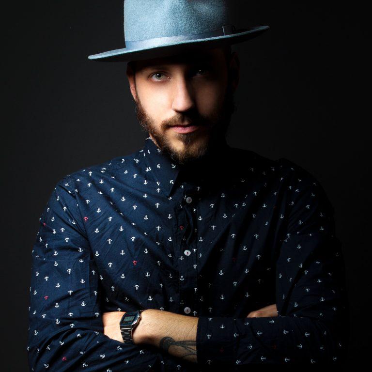 relooking homme avec un chapeau bleu et une chemise bleu foncée