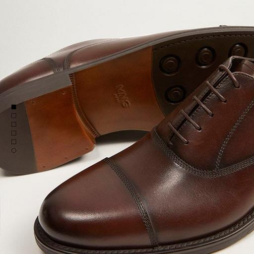 Chaussures pour homme en cuir marron.
