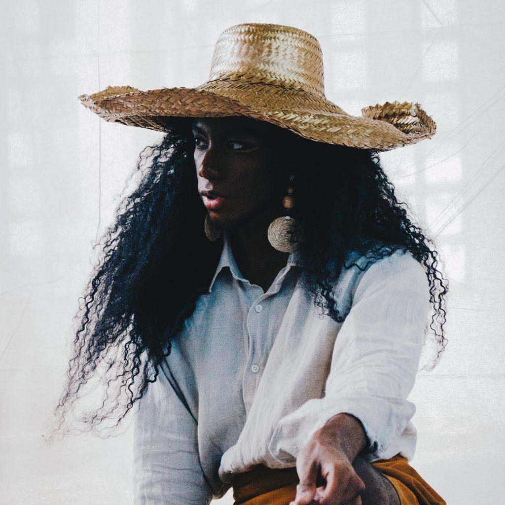 photo de femme de couleur avec chapeau de paille