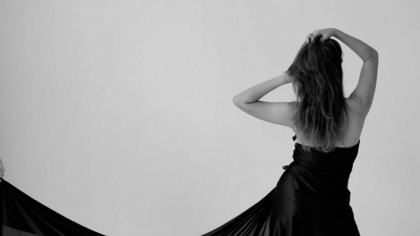 Femme qui porte une robe noire classique.