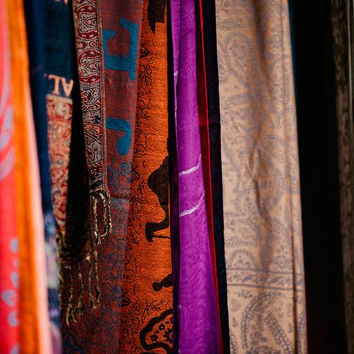 Foulards de différents couleurs.