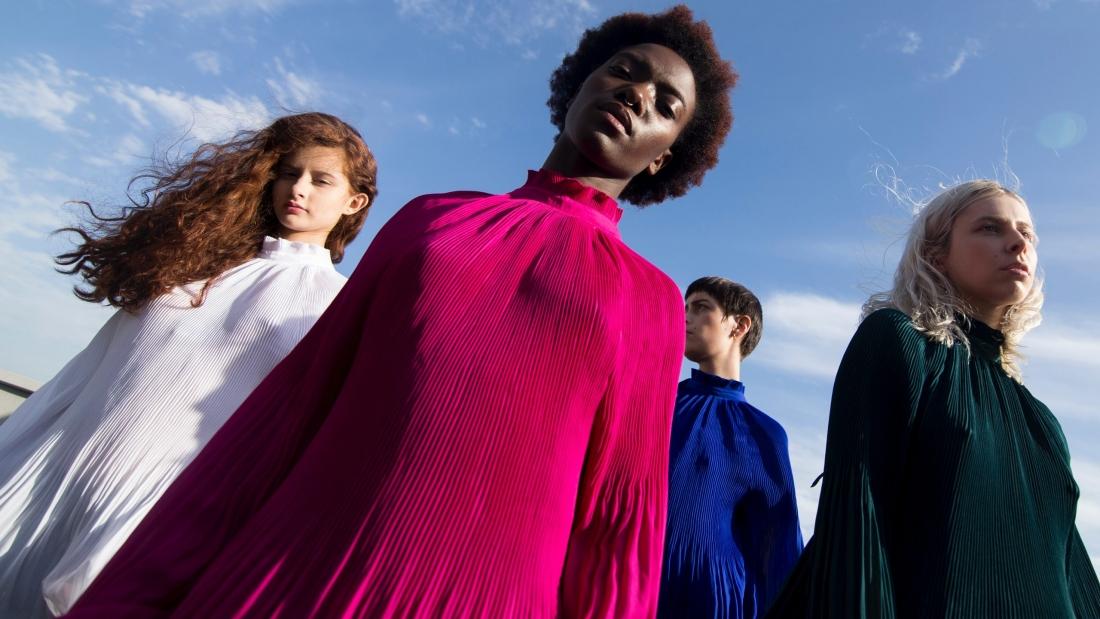 4 femmes habillées en couleur