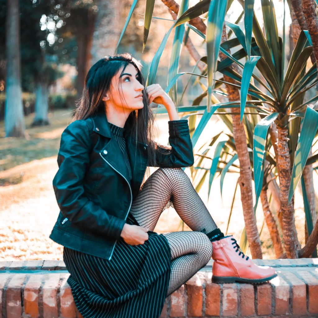 blouson cuir avec robe noire