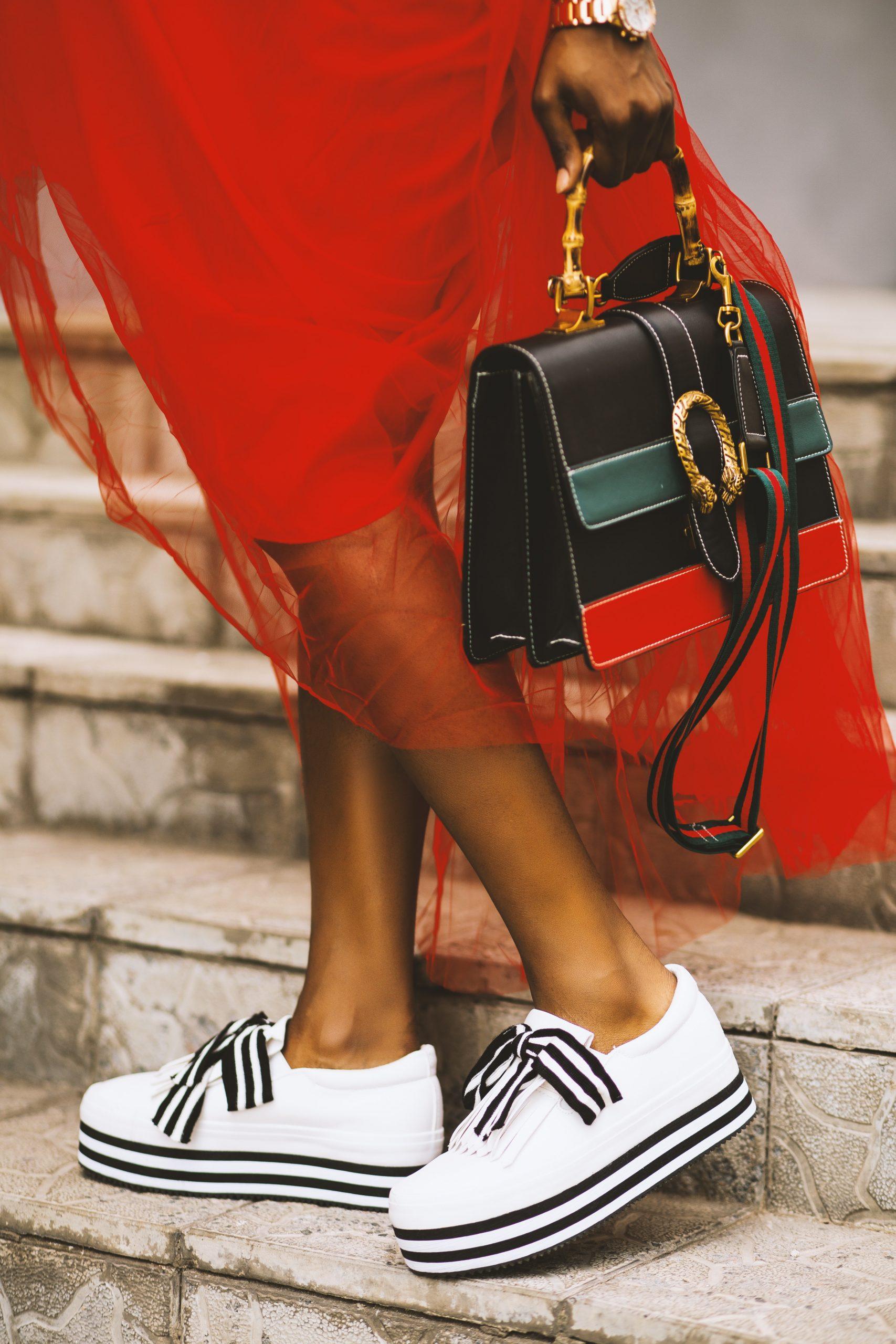robe rouge avec basket banche