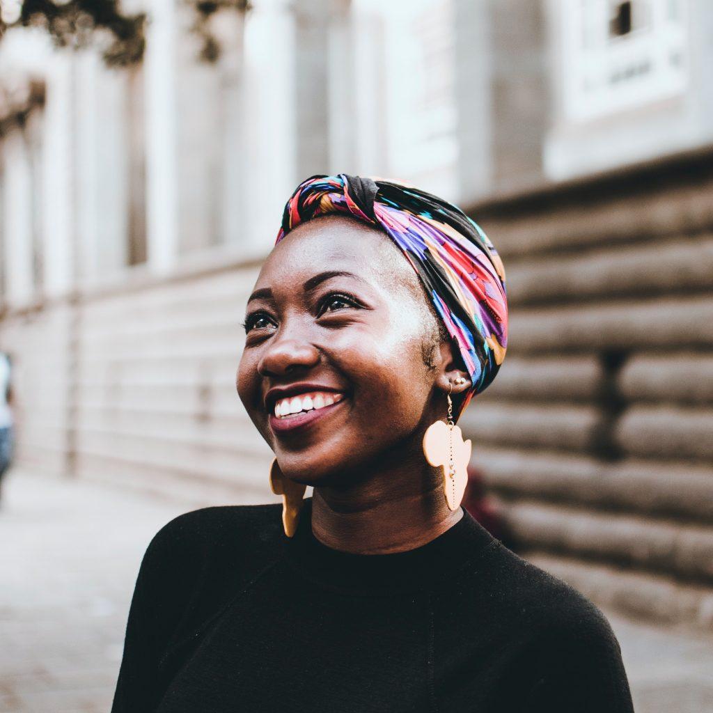 femme avec boucles d'oreille