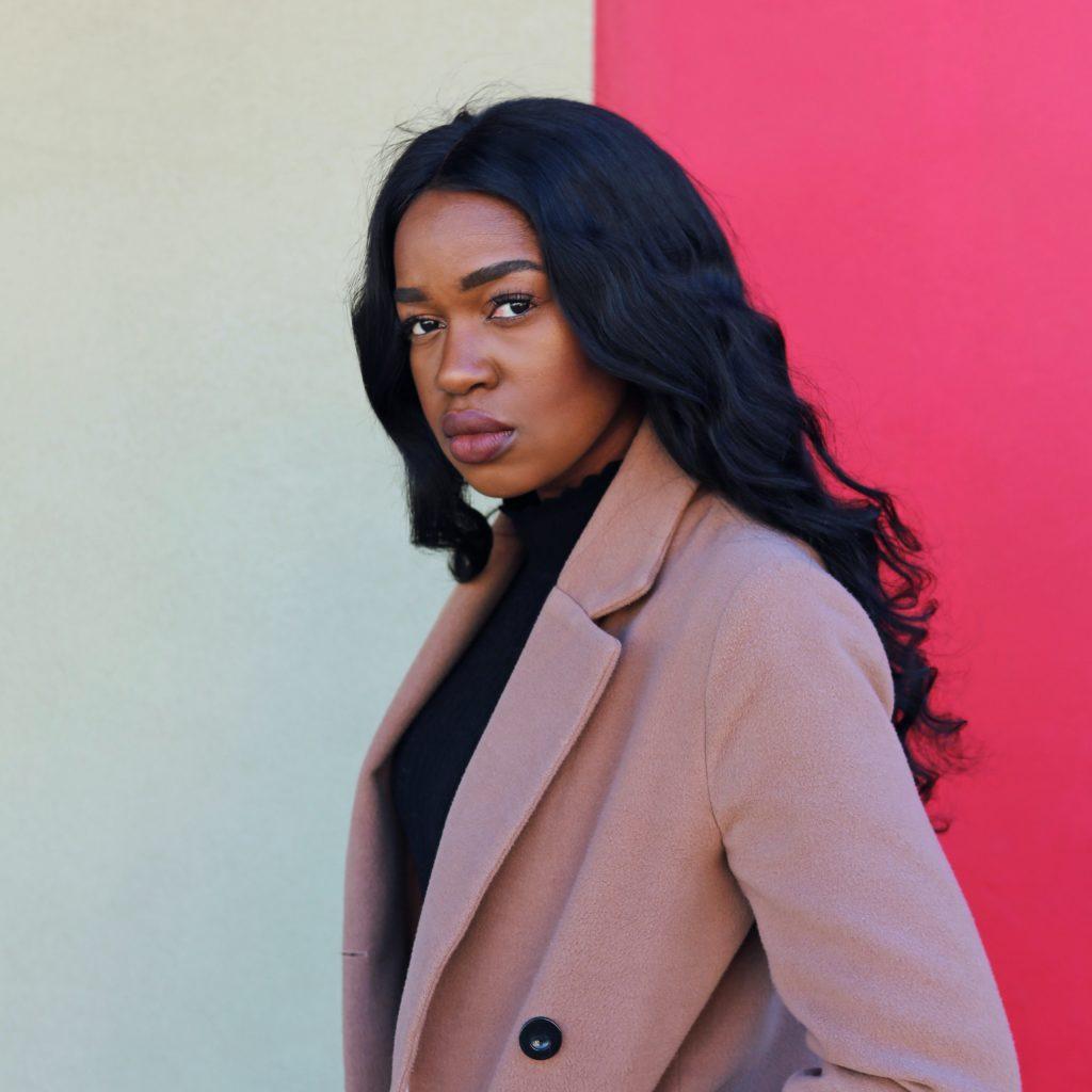 femme avec manteau rose