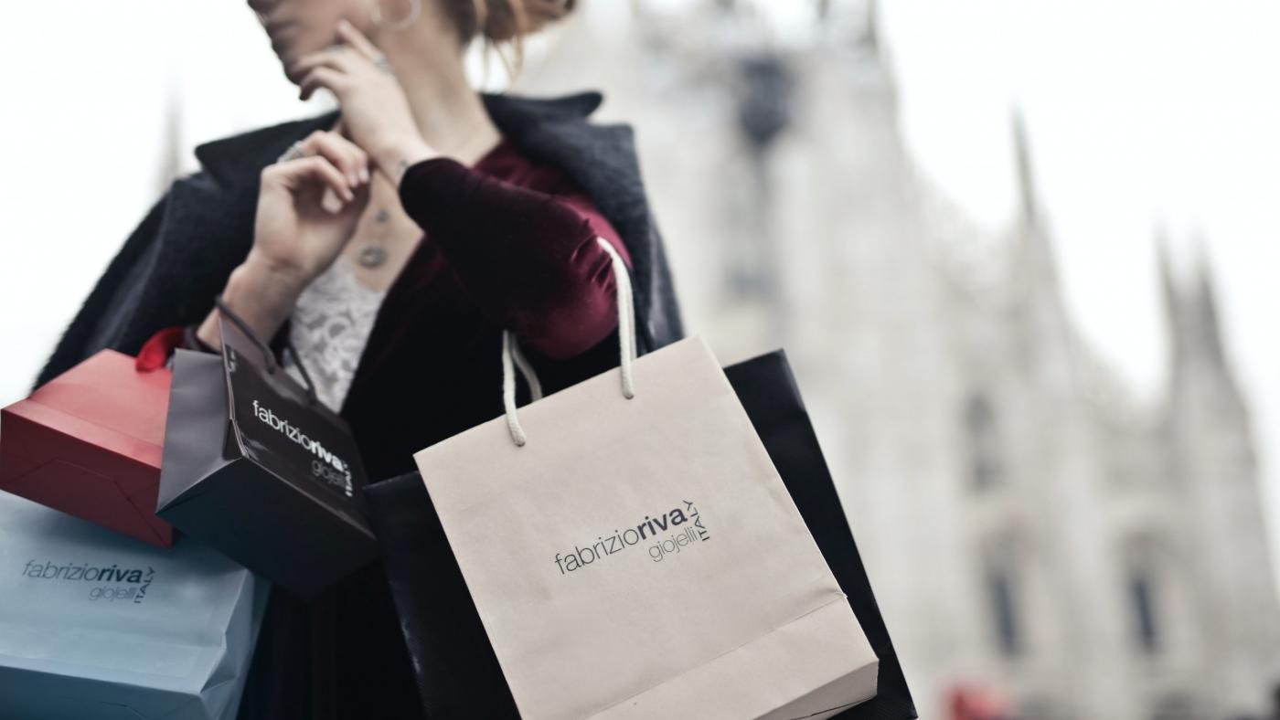 femme tenant des sacs shopping