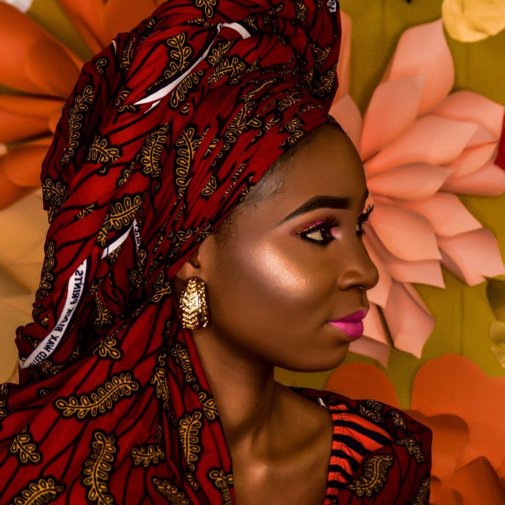 femme noire avec du rouge