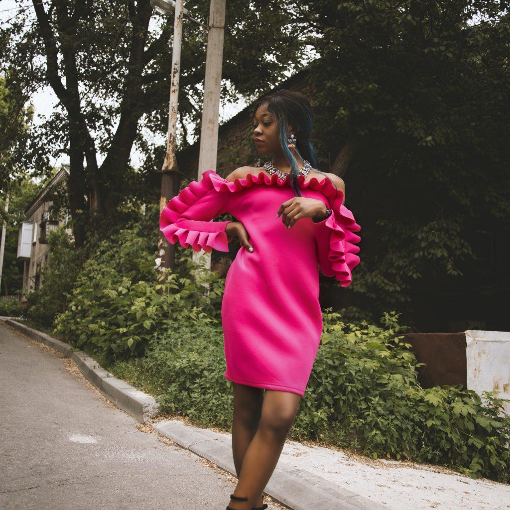 femme noire en rose