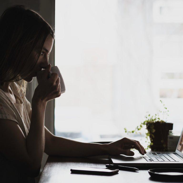 travail en visio d'une femme