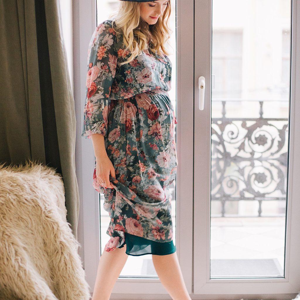 femme enceinte en robe
